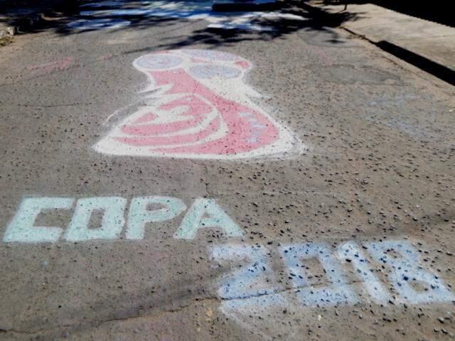 Na rua, amigos já providenciaram a decoração. (Foto: Fernando Antunes)