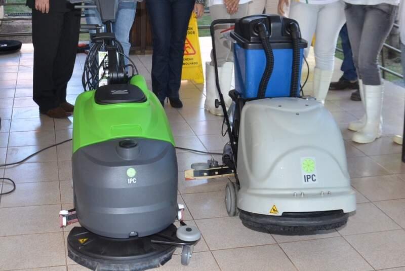 Grupo de empresários doou duas lavadoras de piso para HC. (Foto: Vanderlei Aparecido)