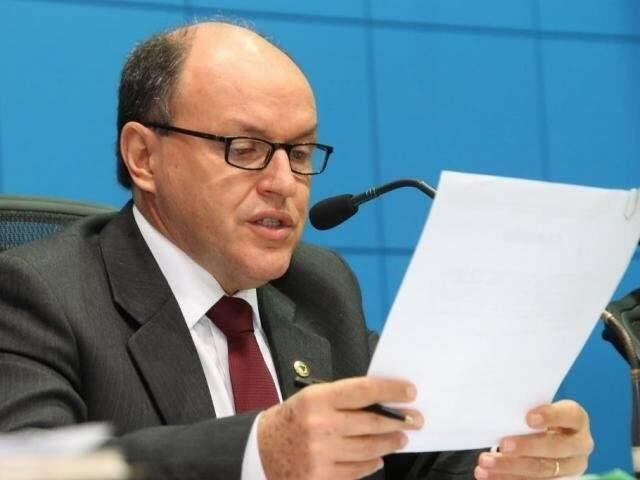 Presidente da Assembleia, deputado Junior Mochi (PMDB) lendo projeto em sessão (Foto: Victor Chileno/ALMS)