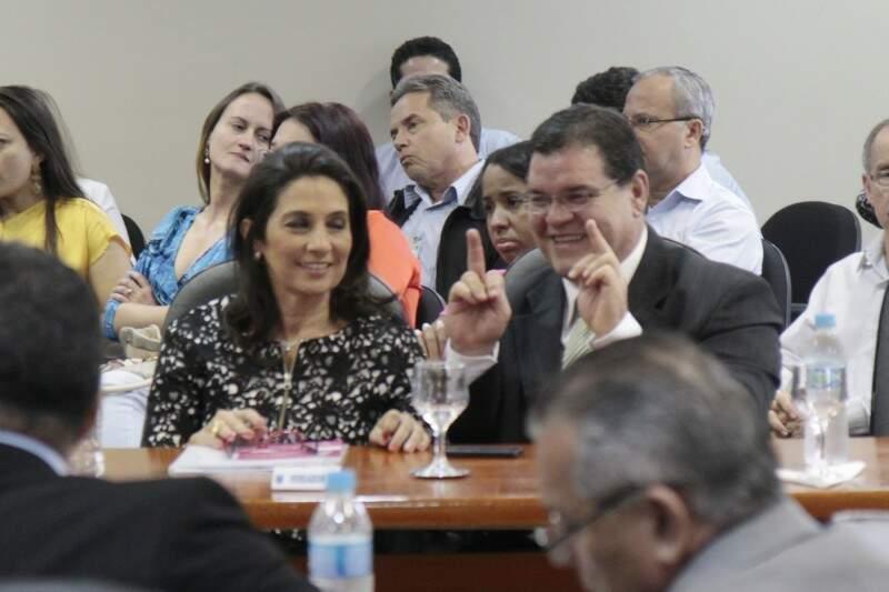 Durante sessão no CMO, vereador Paulo Pedra faz gesto com os dedos (Foto: Cleber Gellio)