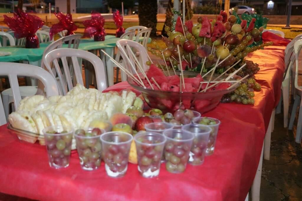 Além do prato principal, a mesa de frutas estava cheia de arranjos feitos com todo o carinho (Foto: Kimberly Teodoro)