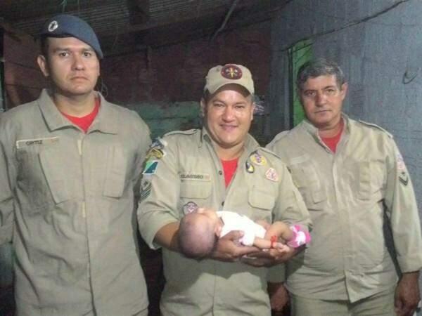 Após orientação por telefone, bombeiros foram até a casa da família prestar atendimento. (Foto: Reprodução/Alô Caarapó)