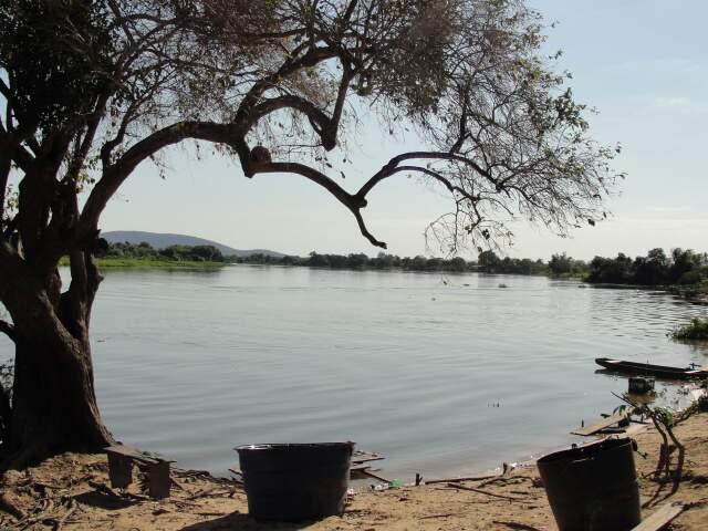 A sombra da árvore no rio, cena vista da cadeira de dona Joana. (Foto: Paula Maciulevicius)