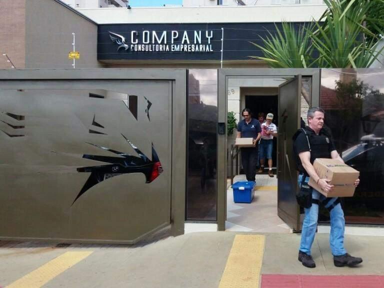 Equipe de buscas deixando o escritório da Company Consultoria (Foto: Liniker Ribeiro)