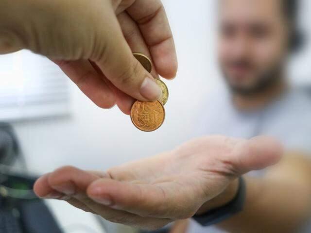 Muitos usam as moedas para dar colaborar com as ações (Foto: Henrique Kawaminami)