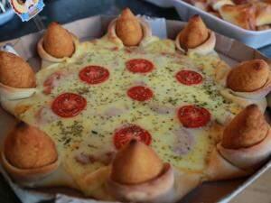 A pizza com borda de coxinha sabor tradicional.
