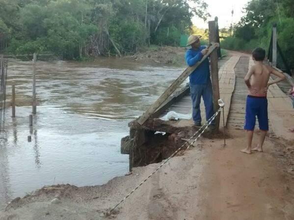 Nível do rio subiu na última quinta-feira (24) e cabeceira da ponte foi levada pela água. (Foto: Direto das Ruas)