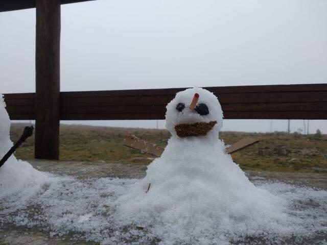 Turistas fizeram boneco de neve em Urupema, Serra catarinense. (Foto: Gabriela Machado/NSC TV)