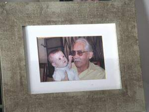 Everaldo com uma das netinhas, que até hoje lembra e fala do avô.