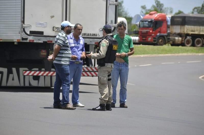 PRF negociou liberação parcial da pista e só veículos de carga são afetados pelo protesto (Foto: Marcelo Calazans)