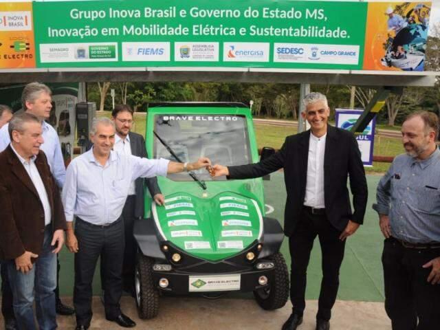 Governador recebe chave de modelo que pode atingir até 100 km/h (Foto: Paulo Francis)