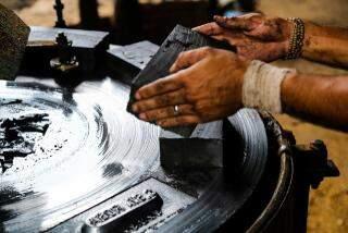 Argila sendo transformada em tijolo, na fase inicial do processo de produção (Foto: Marcos Ermínio)