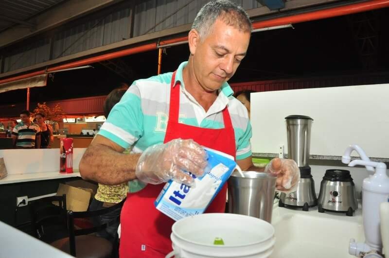 Gideão prepara a limonada até com leite.