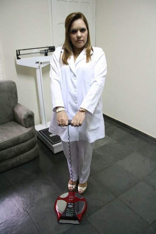 Nutricionista utiliza o aparelho de bioimpedância. (Foto: Marcos Ermínio)