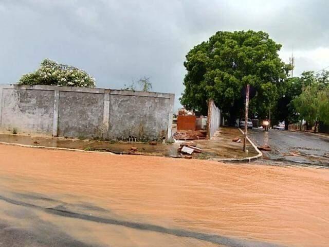 Muro do cemitério da cidade acabou desabando após as chuvas (Foto: Maikon Leal/Coxim Agora)
