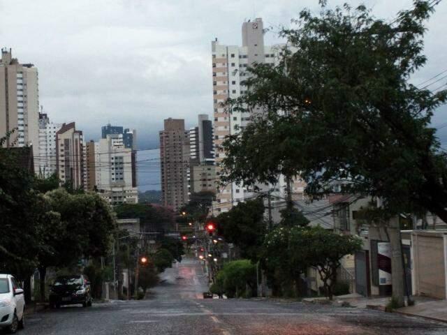 Céu amanheceu carregado em Campo Grande (Foto: Saul Schramm)