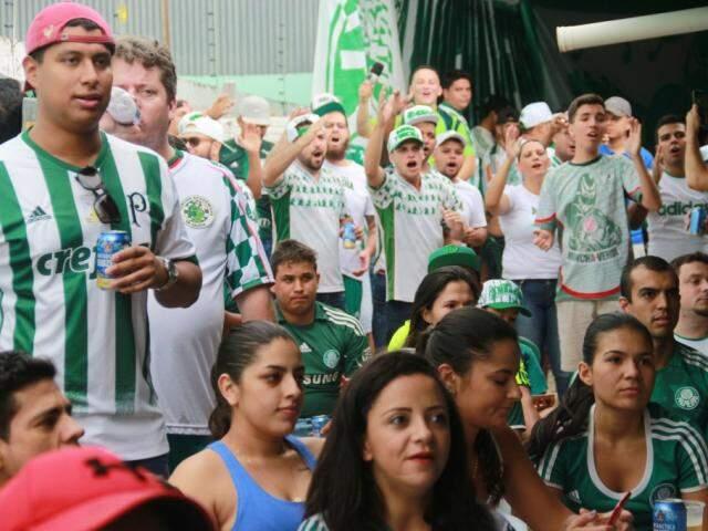 Jogo contra o Corinthians reuniu cerca de 200 torcedores (Foto: Marcos Ermínio)