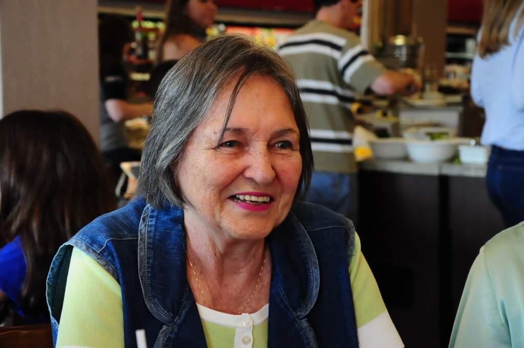 Dona Helena compartilha quase um século de experiência com as amigas. (Foto: Paulo Francis)