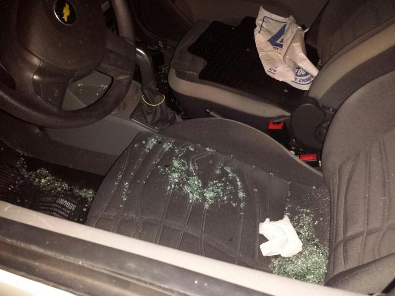 Vidros da janela foram parar no banco do carro. (Foto: Direto das Ruas)