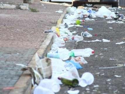 Sujeira deixada em praça após carnaval fora de época divide opiniões