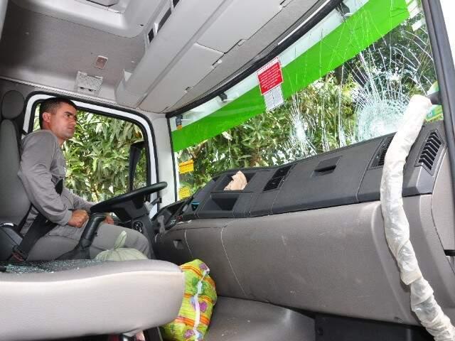 Caminhão da CG Solurb foi apedrejado. (Foto: Luciano Muta)