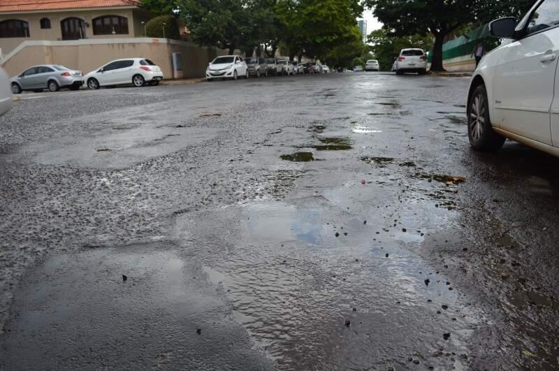 Começou a chover por volta das 13h e previsão é de mais chuva amanhã. (Foto: Simão Nogueira)