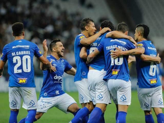Jogadores comemorando a vitória desta noite. (Foto: Cruzeiro/FC)