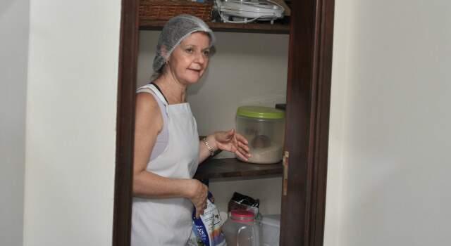 Dona Neusa mostra primeiro espaço onde começou a trabalhar. (Foto: Marlon Ganassin)