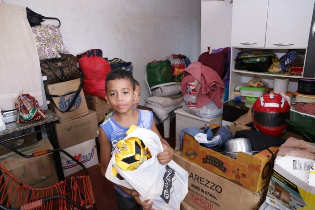 Animado, João Pedro mostra os brinquedos novos (Foto: Kísie Ainoã)