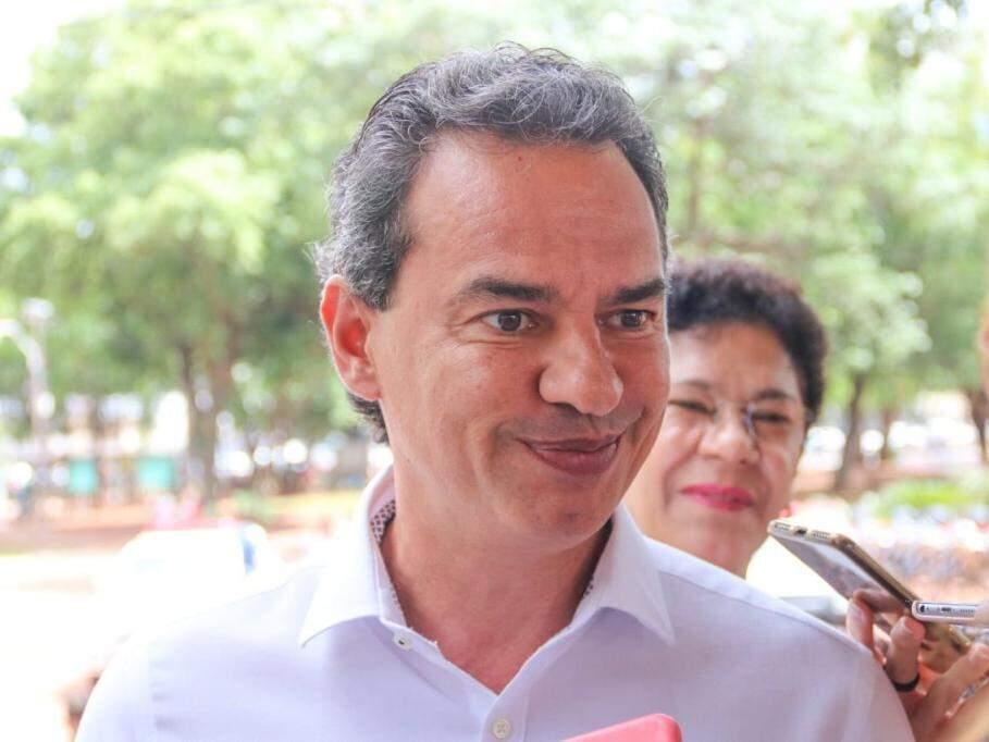 Marquinhos Trad durante coletiva de imprensa na Praça Ary Coelho, nesta manhã (Foto: Marcos Maluf)