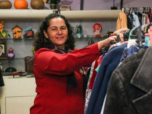 Ivania é quem seleciona as peças e vende em sue brechó no Silvia Regina. (Foto: Henrique Kawaminami)