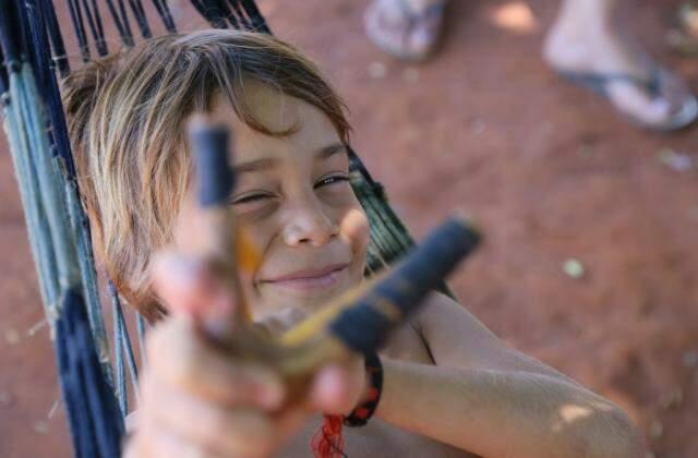 Outro filho de Indiara; as carências não o impedem de ser criança e de brincar (Foto: Marcos Ermínio)