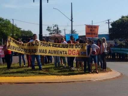 """Professores protestam na prefeitura e fazem """"grito dos excluídos"""" na quinta"""