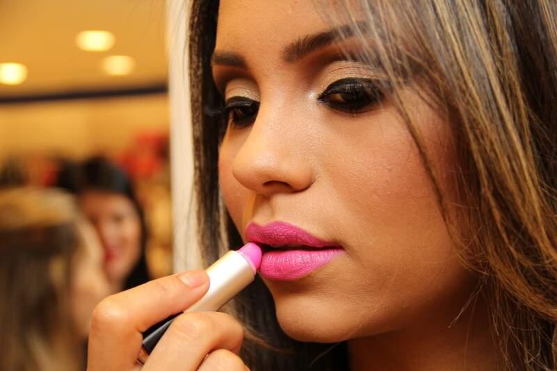 Maquiagem também pode seguir os tons dourado e marrom que nunca saem de moda.