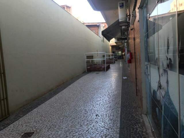 Galeria no centro da Capital tem vazamentos, fiação antiga e rachaduras, reclamam comerciantes