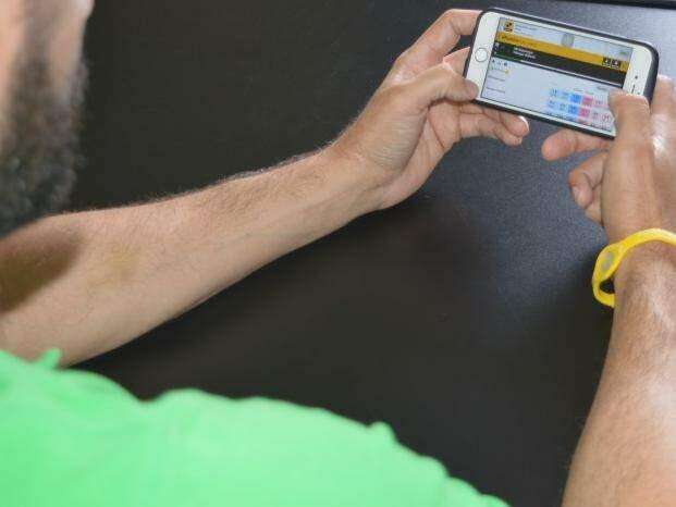 Investimento em bolsa de valores esportiva pode ser operado por meio de smartphone. (Foto: Graziella Almeida)