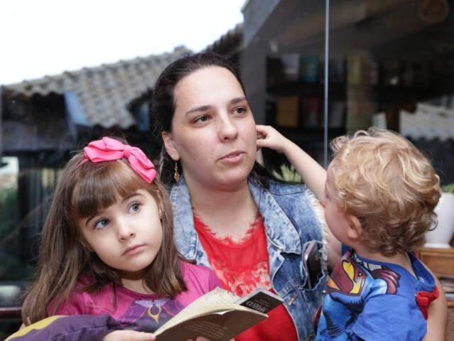 Mari Sales é escritora e levou os filhos para participar da reunião  (Foto: Kisie Ainoã)