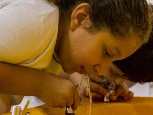 Criança toma água em bebedouro (Foto: Prefeitura de São Paulo/Divulgação)