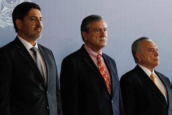Ricardo Segóvia tomou posse nesta segunda-feira, em Brasília, ao lado do ministro Torquato Jardim e do presidente. (Foto: Agência Brasil)