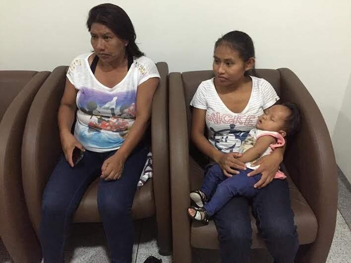 Heloisa, com a mãe e a avó, aguarda consulta (Foto: Divulgação)