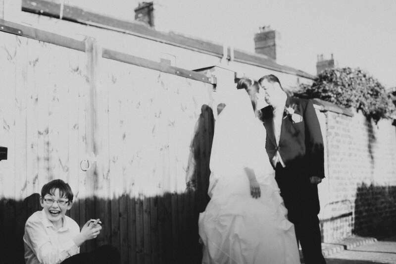 O riso do garoto descontraiu cena do casamento inglês fotografado por Allan Kaiser. (Foto: Allan Kaiser)