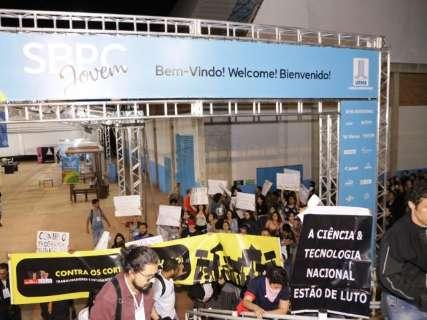Estudantes protestam contra cortes na educação durante SBPC