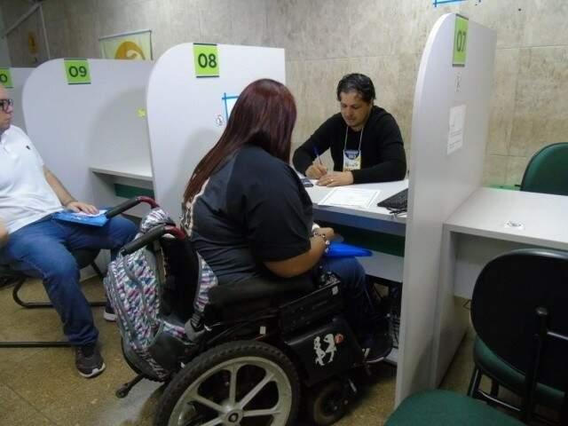 Cadeirante recebe atendimento na Funtrab; há vagas exclusivas para pessoas com deficiências (Foto: Funtrab/Divulgação)
