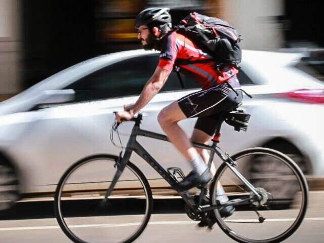 Eduardo com sua bike em pleno centro de Campo Grande. Pelo menos 2 vezes por semana deixa o carro na garagem e pedala 18 quilômetros para ir e voltar do trabalho. (Foto: Alcides Neto)