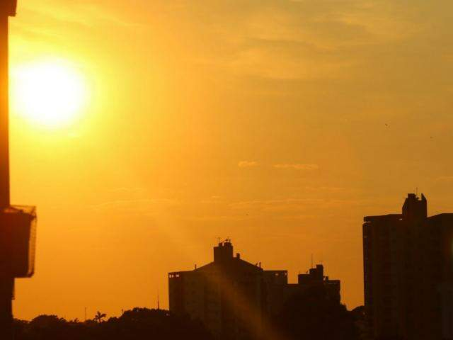 Tempo deve ser quente e seco neste sábado em Campo Grande (Foto: André Bittar)