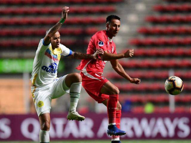 Jogadores durante a partida desta noite no Chile. (Foto: Martin Benetti/AFP/Reprodução/GazetaEsportiva)