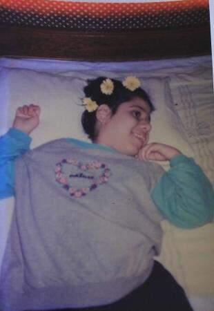 Em foto da família, Fabiana com flores nos cabelos, sorridente como sempre.