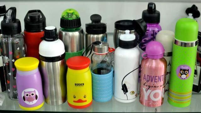Prateleira cheias de copos, canecas e garrafas.  (Foto: André Bittar)