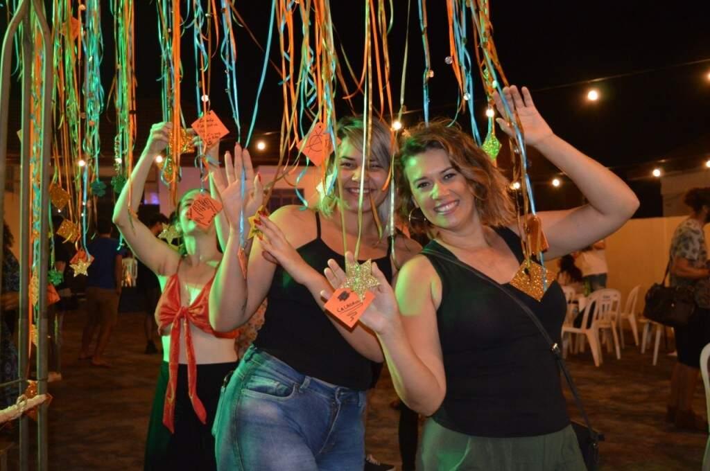 A direita, Elaine Melo com a amiga no Pé de Fé (Foto: Alana Portela)