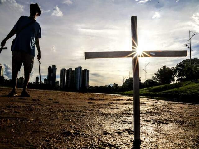 Cruzes fixadas em área assoreada do lago no Parque das Nações Indígenas, em Campo Grande (Foto: Kísie Inoã)
